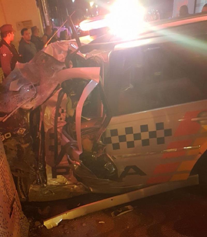 Bandidos levam a melhor em perseguição e policiais ficam feridos ao bater viatura; um desacordado