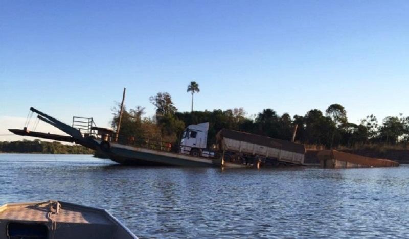 Balsa afunda com carreta ao tentar atravessar Rio Teles Pires