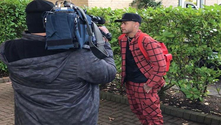 Neymar se apresenta a Seleção Brasileira em Londres vestido uma roupa extravagante