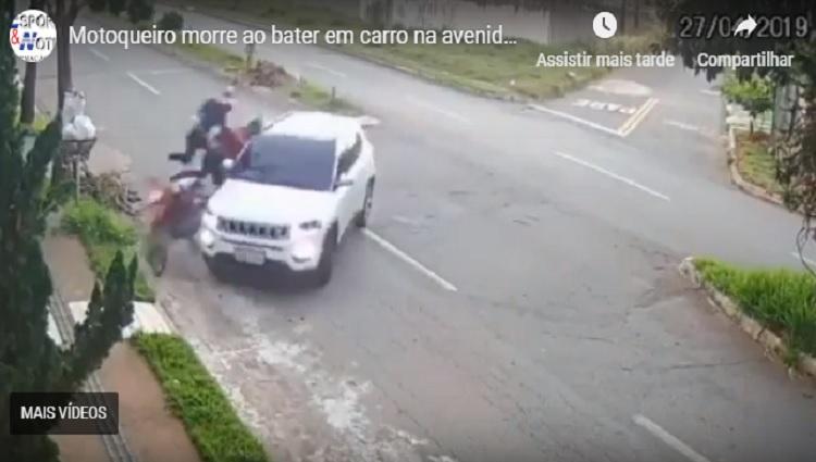 Motoqueiro morre ao bater em carro