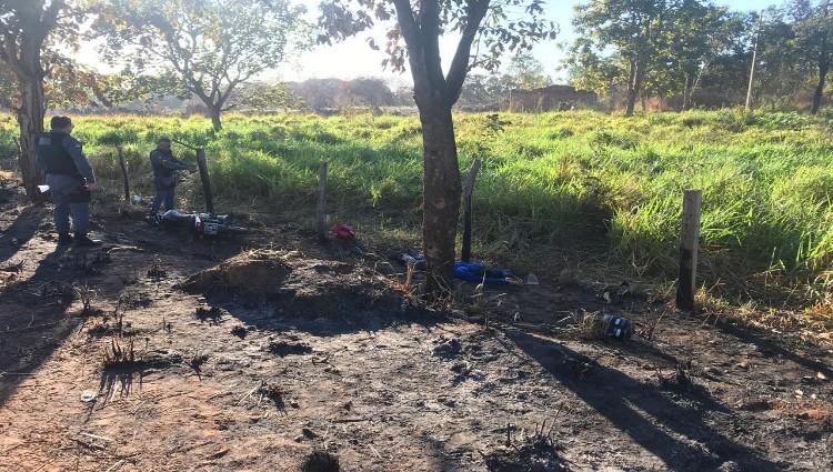 Policiais analisando o local do acidente, e corpo da vítima no acostamento.