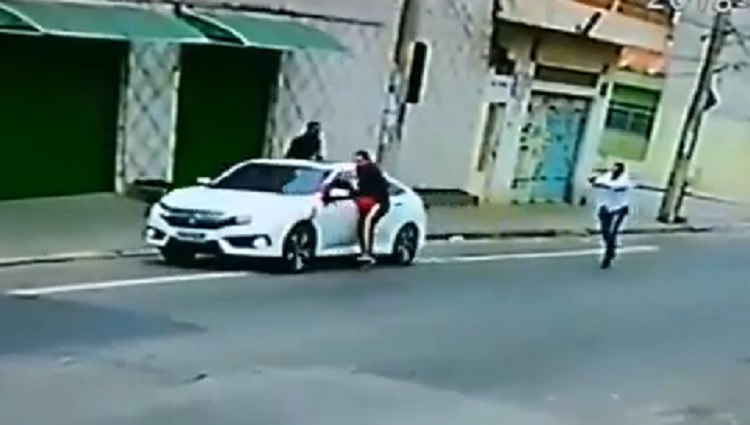 Homens roubam carro mais um dos ladrões é baleado