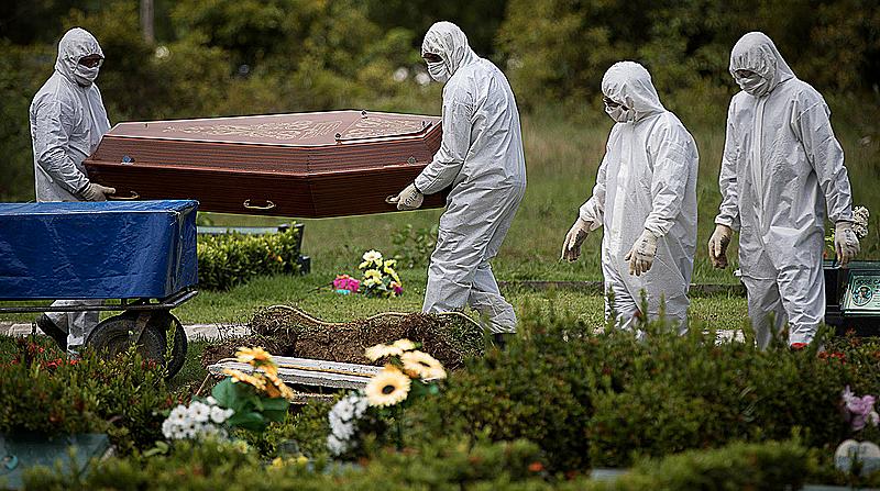 Manaus 15 04 2020 O Amazonas contabiliza mais de 1,4 mil casos confirmados de Covid-19 e 90 mortes no período de 1 mês. A pandemia foi registrada pela primeira vez no estado, em 13 de março Enterro de dona Esther Melo da Silva no cemitério Parque Tarumã, em Manaus( Foto: Amazônia Real)